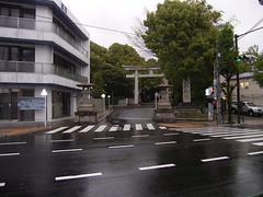 14 王子神社、参道は雨まじり