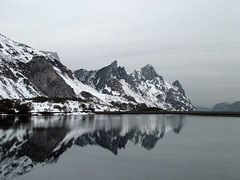 Lago del Valle (GeorG) Tags: lago lake nieve snow frio cold reflejo reflection espejo mirror