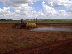 Preparando o solo da soja 9 (joaobambu) Tags: 1998 echapor echapora brasil brazil family