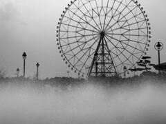 Ferris wheel (Lil [Kristen Elsby]) Tags: blackandwhite bw mist fountain wheel silhouette japan tokyo asia spray round ferriswheel  topv4444 topf100 kasairinkaikoen eastasia kasairinkaipark   tokyosealifepark topvaa