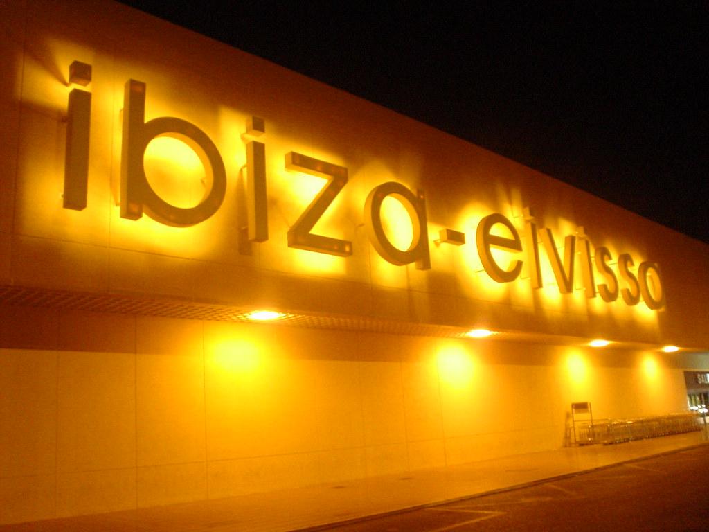 Photo des Baleares n°10. Enseignes lumineuses de l'aéroport d'Ibiza