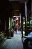 Ägypten 1999 (552) Kairo: Chan el-Chalili (Rüdiger Stehn) Tags: nachtaufnahme basar bazar markt suq soq souk suk sook soukh souq kairo altstadt altkairo menschen leute stadt القاهرة alqāhira unterägypten nordägypten bauwerk afrika ägypten egypt nordafrika 1999 winter urlaub dia analogfilm scan slide 1990er 1990s diapositivfilm analog kbfilm kleinbild canoscan8800f canoneos500n 35mm misr مصر reise reisefoto gebäude