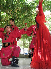the lucky winner (uninvolved observer) Tags: 2005 china travel 15fav favorite dancing muslim xinjiang silkroad 中国 新疆 g6 uyghur turpan