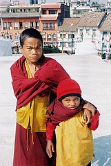Faces e Cores (Patricia Carmo) Tags: nepal red portrait people colors yellow kids children rouge kid rojo pessoas child gente retrato stupa vermelho amarillo amarelo kathmandu criança crianças nikonn80 cor allrightsreserved carmim sonhador patriciacarmo patríciacarmo personagensdavida sonhadores