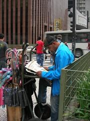 Ambulante lendo o Jornal GIRO SP - Edição 2 - 16 de março