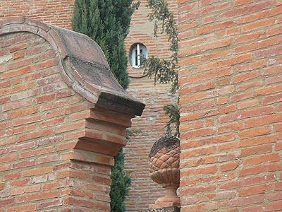 mur brique château.jpg