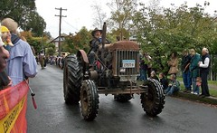 tractor (yewenyi) Tags: tractor festival kilt pipes band australia parade highland nsw newsouthwales bagpipes aus oceania bundanoon pc2578