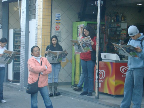 Em um espaço pequeno, 4 leitores do GIRO SP  lêem atentamente - é o jornal caindo no gosto do paulistano!