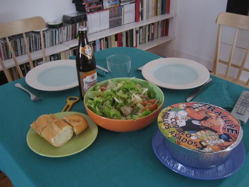 Ensalada, pollo y cerveza