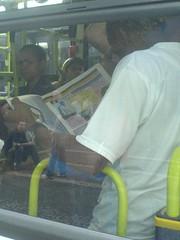 Leitor do Jornal GIRO SP - Edição 2 - 16 de março - dentro do ônibus na Av. Paulista