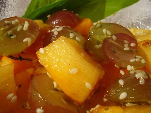 caqui och vindruvor m sesamfrö och basilika socker