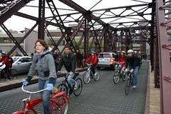 Critical Mass taking over the Kinzie street bridge on the Chicago River (fotoflow / Oscar Arriola) Tags: urban chicago art bicycle war exterior gardening version parades bikes 7 parade bicycles decorating criticalmass merchandise mass fest critical merchandisemart mart intervention versionfest artwar chicagoart uged artropolis