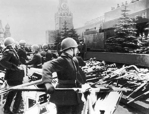 Soldados rusos destruyen los estandartes nazis en la Plaza Roja de Moscú