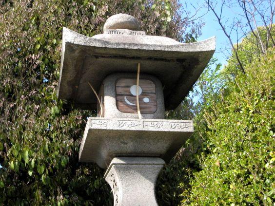 京都・城南宮51 紋章入りの灯籠