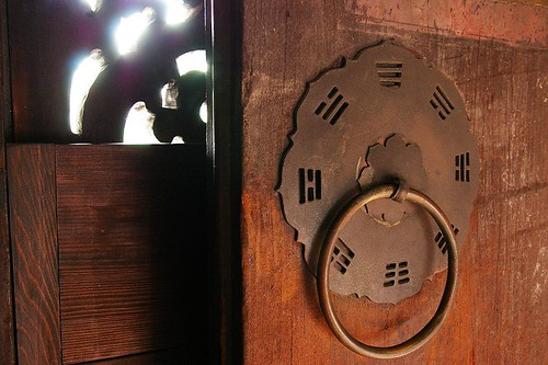 IMGP9227_用八卦圖案當裝飾的門環