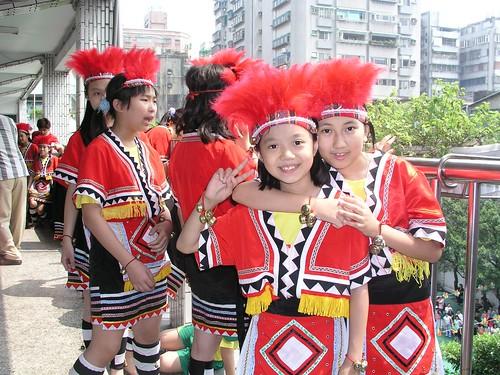 育才國小 50 週年(2007) 校慶 — 蓁妮與同學的合照