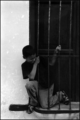Atrapado en la ventana (JoseOrpheus) Tags: bw venezuela nios clarines