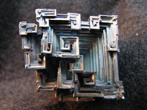 Cristal de Bismuto creado en laboratorio