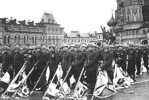 Soldados soviéticos portan los estandartes nazis antes de ser destruídos en la Plaza Roja
