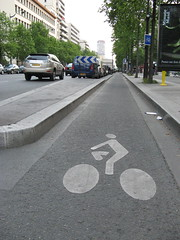 Paris Bike Shoot - Avenue d'Italie (brunoboris) Tags: paris france stencil bikelane cycletrack curb placeditalie avenueditalie lowangleshot italie2 13emearrondisement cyclistsymbol bikechute bikericon