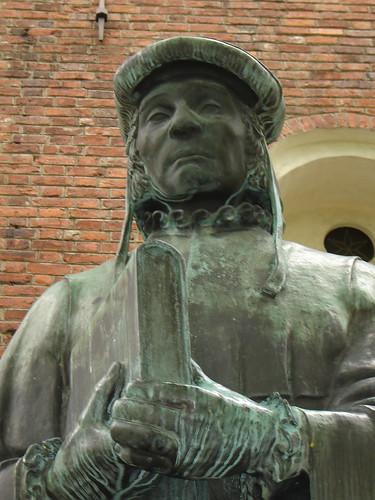 Una estatua de Mikael Agricola