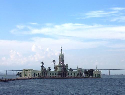 Ilha Fiscal, al fondo el puente de Niteroi