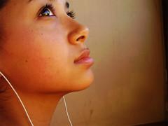Looking to the sky (alineioavasso) Tags: apple girl look olhar ipod garota fone menina olhando challengeyouwinner alineioavasso
