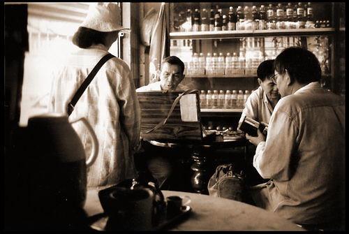 หลายชีวิตในร้านกาแฟเก่าแก่, บนหัวมุมถนนวิสุทธิกษัตริย์