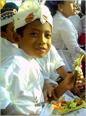 Bali - desa adat Kuta (Franc Le Blanc) Tags: travel boy bali indonesia asia child tradition hindu kuta adat agama blueribbonwinner upacara anakanak favcol helluvashot anawesomeshot