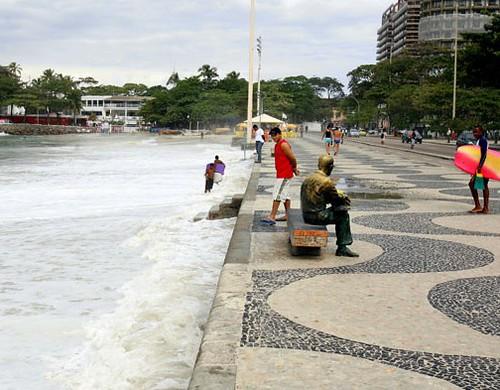 Ressaca no Posto 6 em Copacabana