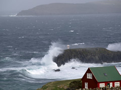 Hoyvkshlmur 16.57.38 UTC (Jan Egil Kristiansen) Tags: lighthouse surf wave gale redhouse faroeislands breaker brim whitecaps viti froyar hoyvk kuling fyrlykt hlmasund hoyvkshlmur p5300067 sterkkuling skri lhfhoyvk far013 wbnawfo