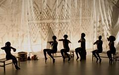 Brasil move Berlim (Ísis Martins) Tags: berlin brasil arte kunst brasilien tanz bewegung dança berlim dançacontemporânea theaterhebelamufer menschenzermürbendemaschine brasilmoveberlim brasilienbewegtberlin