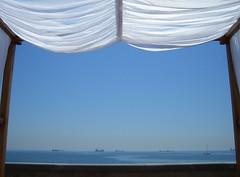 rushhour (Desideria) Tags: blue sea azul ventana bett meer traffic fenster rushhour blau verkehr daybed windo leinen abigfave artlibre anglesanglesangles