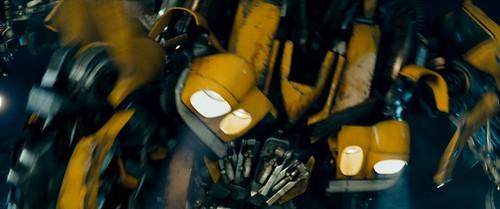 Transformers pelicula Bumblebee en transformación