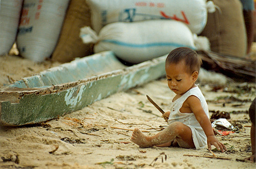 boy toddler sits and plays in the sand Buhay Pinoy Philippines Filipino Pilipino  people pictures photos life Philippinen  菲律宾  菲律賓  필리핀(공화국) musmos