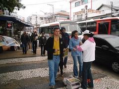 Pedestres já vão ao encontro da promotora GIRO SP para pegar o seu exemplar do jornal.