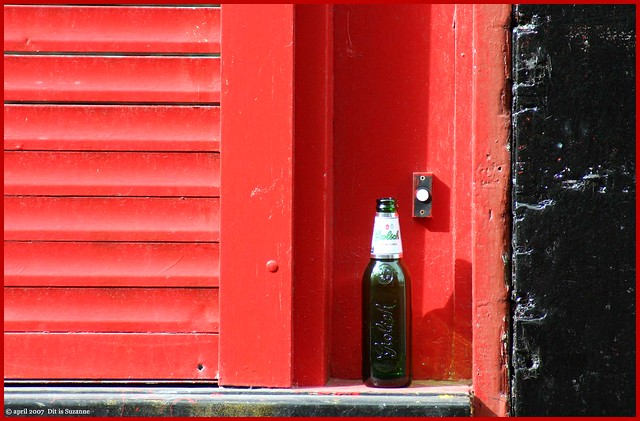 Empty bottle and a doorbell by Dit is Suzanne