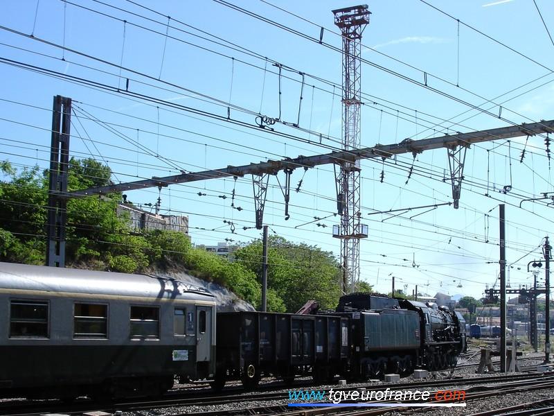 La locomotive refoule jusqu'à la gare de Marseille Saint-Charles