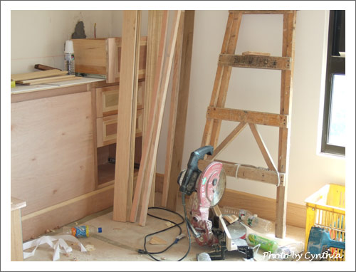 主臥床頭櫃與踢腳板