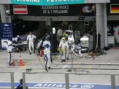 24.Williams的Pit Crew準備加油