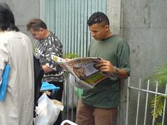 Ambulante lendo o jornal GIRO SP- edição 2/ 13 de abril - Av. Paulista