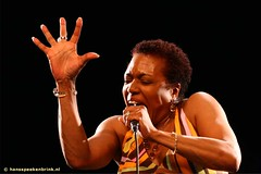 Dee Dee Bridgewater (hansspeekenbrink) Tags: portrait music wonder hand livemusic performance hans jazz podium blackground personalfavorite portret deedee top20livemusic hansspeekenbrink bluenotefestival deedeebridgewater excellenceinlivemusicphotography speekenbrink jazzphotography jazzphoto wwwhansspeekenbrinknl jazzpodiumcom wwwjazzpodiumcom