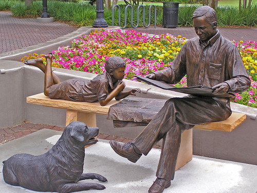 Sculpture celebrating newspaper reading