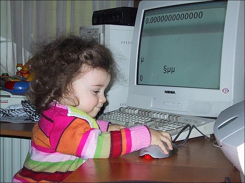 Zelie aan de computer