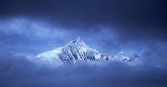 Peek of Peak (Kelly Cheng) Tags: china mountain cafe cafegallery velvia getty yunnan deqin meili feilaisi elevation65007000m altitude6740m summitkagebo mountainsmeilisnowmountain pickbykc