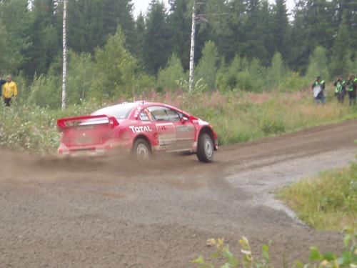Coches derrapando en el Rally de Finlandia