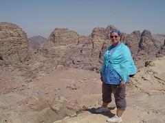 Petra - Dunja en overzicht vallei (Cal en Dun) Tags: jordanie djoser reis dunja pascal