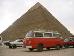 Kombi at the Pyramids, Giza Plateau, Cairo (lloydi) Tags: vw volkswagen honeymoon pyramid egypt cairo giza kombi microbus gizaplateau thepyramids