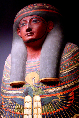 Sarcophage en bois peint
