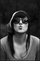 Diana Besadora Comediante (DavidGorgojo) Tags: bw kiss bn retro diana gafas beso pauelo comediante dianabas